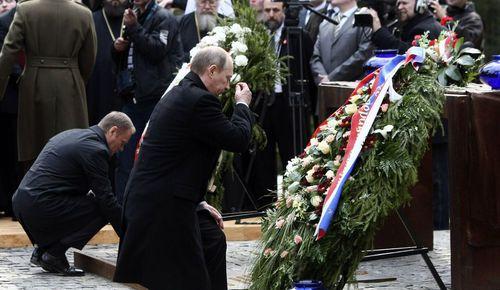 Владимир Путин и Дональд Туск на памятной церемонии в Катыни, 7 апреля 2010 г.
