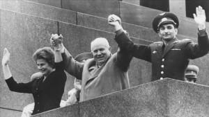 Генеральный секретарь Советского Союза Никита Хрущев (Nikita Khrushchev) держит руки Валентины Терешковой (Valentina Tereshkova), первой женщины-космонавта, и Валерия Буковского (Valery Bykovsky), установившего рекорд по времени пребывания в космосе. Хрущев (Khrushchev) был чрезвычайно осведомлен о ценности пропаганды успехов в космосе.