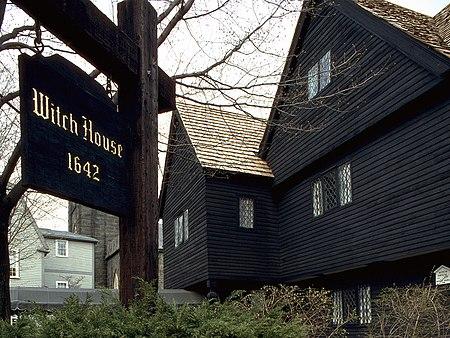 «Ведьмин дом» в Салеме построен не позднее 1642 года. Здесь жил судья Корвин, отправивший на эшафот 19 ведьм